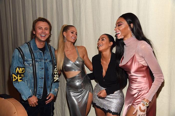 Paris Hilton than trời vì sự cố lộ nội y khi vừa bước xuống bữa tiệc của Kim Kardashian ảnh 4