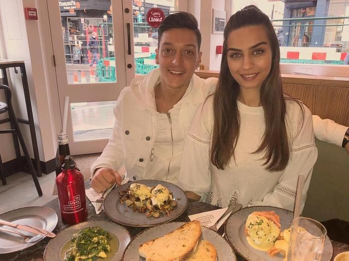 Tiền vệ Mesut Ozil đang có một cuộc sống viên mãn bên cạnh cô vợ xinh đẹp Amine Gulse.