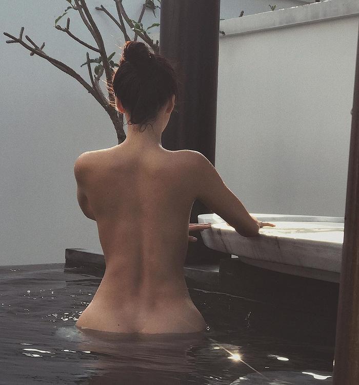 Nối gót Kỳ Duyên - Minh Triệu, Minh Tú cũng nhanh chóng đăng tải hình ảnh táo bạo ghi lại khoảnh khắc chụp hình trong bể bơi. Cô khỏa thân, quay lưng về phía máy ảnh.