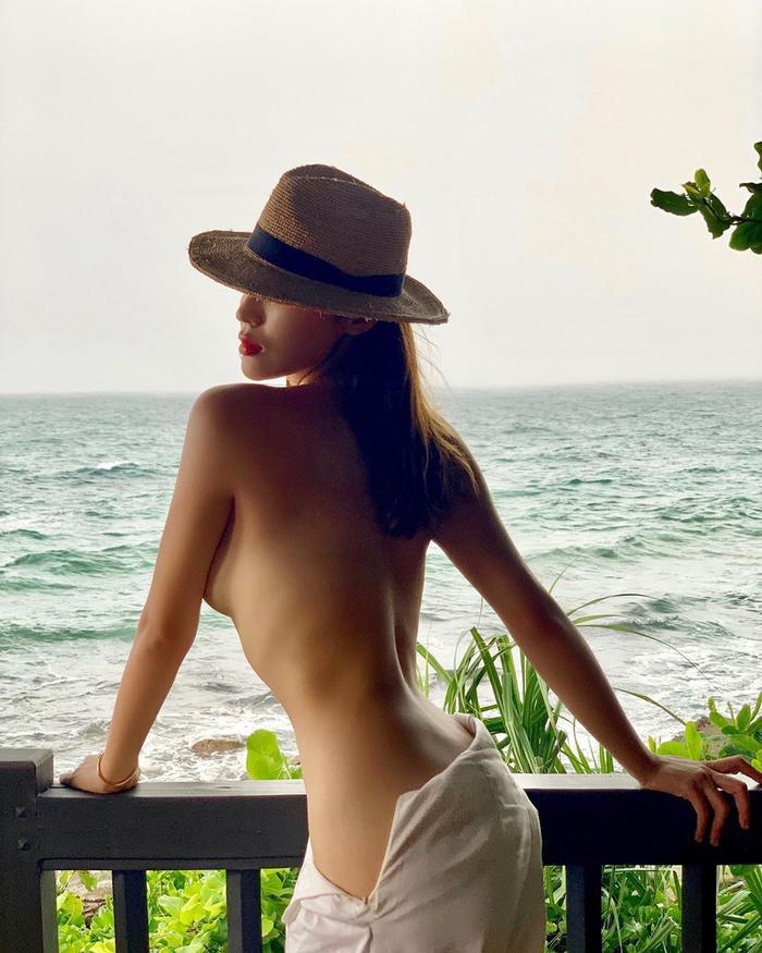 Ngoài việc bị cho là người tình đồng giới của Minh Triệu, Kỳ Duyên càng ngày càng bạo tay hơn khi đăng tải những hình ảnh thiếu vải lên trang cá nhân. Cứ đi du hí cùng người tình, thì cựu Hoa hậu Việt Nam lại tung ảnh khiêu khích.