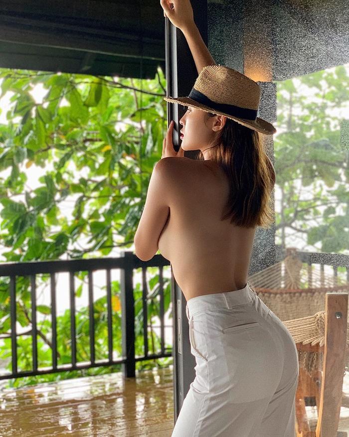 Trước đây Kỳ Duyên chẳng bao giờ dám táo bạo như vậy nhưng hiện tại đã khác. Vì xuất thân là Hoa hậu Việt Nam nên cô bị khán giả chỉ tríchăn mặc phản cảm, không biết giữ gìn hình ảnh đẹp ở địa vị của mình.