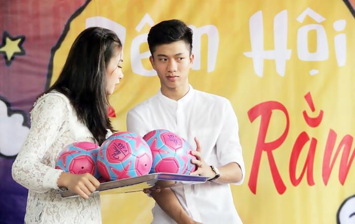 Phan Văn Đức công khai bạn gái ở quê nhà. Ảnh: Trung Kiên