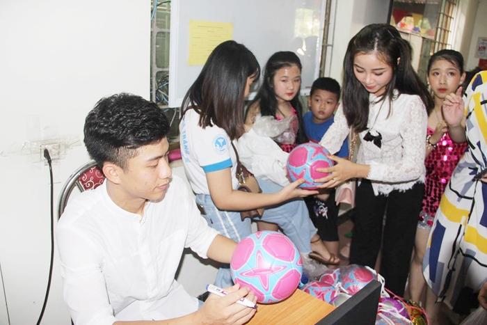 Phan Văn Đức và bạn gái tham dự Đêm hội trăng rằm trong sự chứng kiến của đông đảo người hâm mộ xứ Nghệ.Ảnh: Trung Kiên