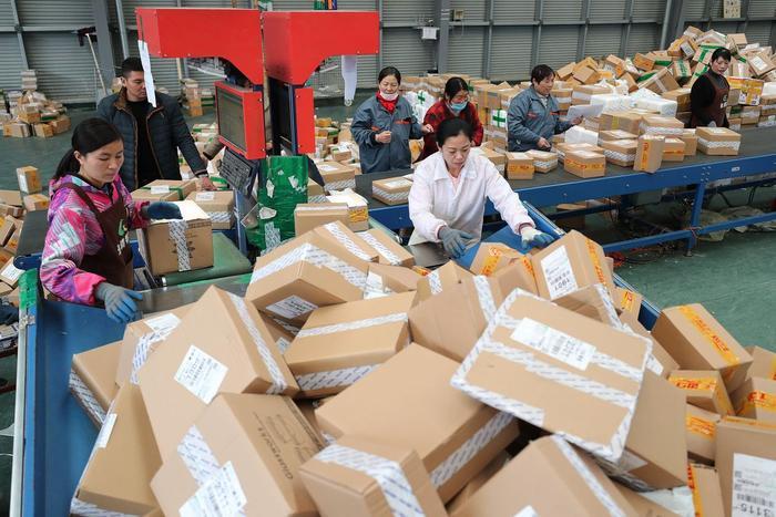 Công nhân tại một trung tâm xử lý hàng hoá của Alibaba tại Trung Quốc.