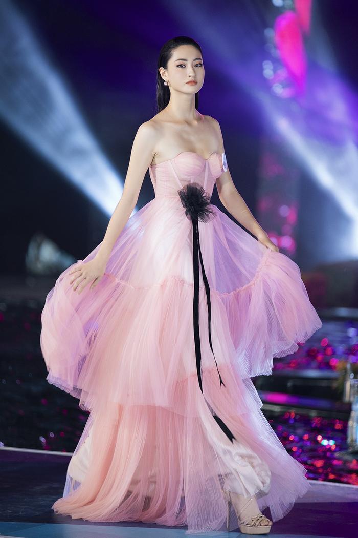 Hoa hậu Lương Thùy Linh bất ngờ lột xác sắc lạnh, quyến rũ: Quá chuẩn Vedette sàn diễn! ảnh 5