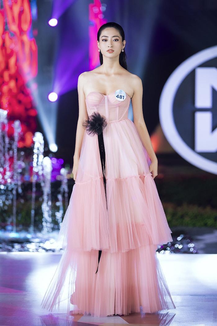 Hoa hậu Lương Thùy Linh bất ngờ lột xác sắc lạnh, quyến rũ: Quá chuẩn Vedette sàn diễn! ảnh 4