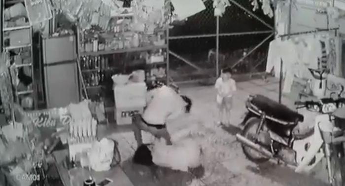 Chồng bạo hành vợ dã man trước mặt con nhỏ. Ảnh cắt từ clip