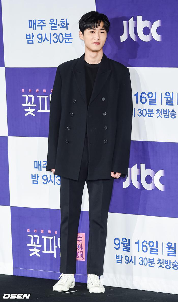Park Ji Hoon  Kim Min Jae bừng sáng tại họp báo Mỹ nam đẹp hơn hoa bản cổ trang ảnh 11