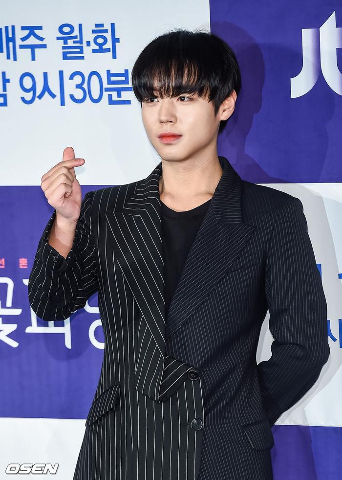 Park Ji Hoonthân vào vaiGo Young Soo,người đàn ông tuyệt vời, sở hữu phong cách thời trang đỉnh nhất ở triều đại Joseon. Anh cókhả năng đáng chú ý là biến một người trở thành một phiên bản đẹp hơn của chính bản thân họ.