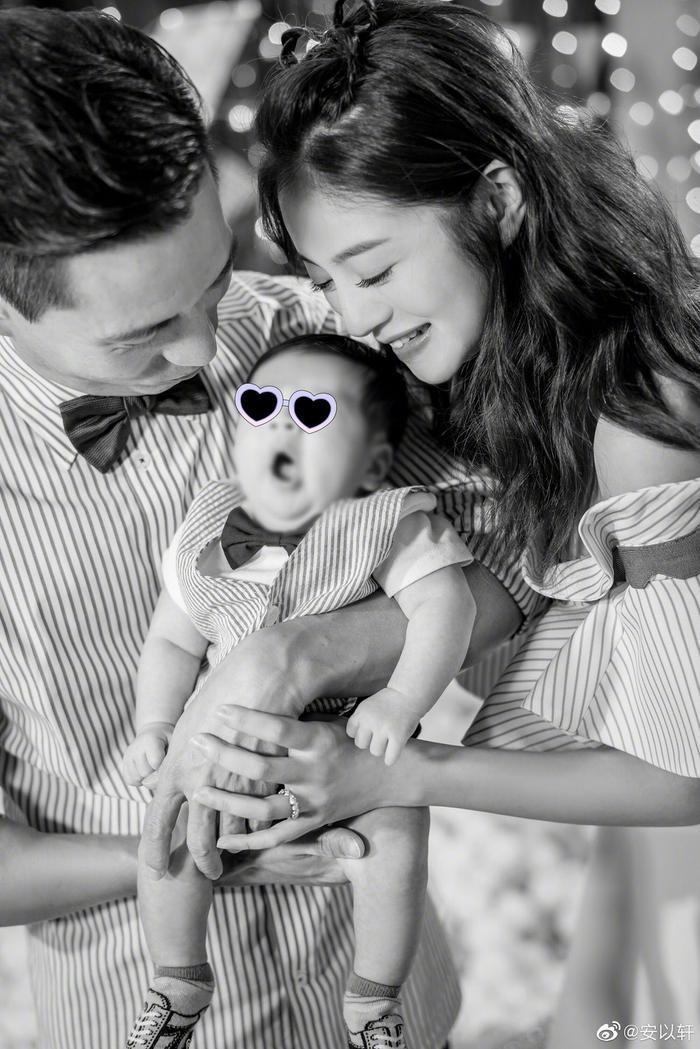 An Dĩ Hiên hạnh phúc khoe ảnh con trai trong vòng tay của cô và ông xã đại gia