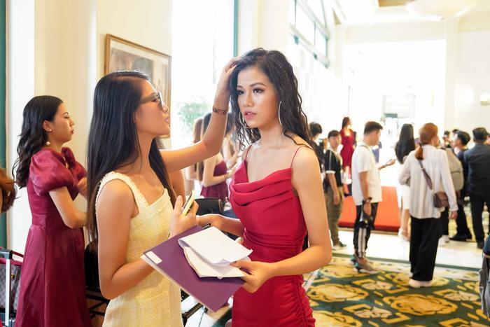Ngọc Anh - Top 10 Miss Universe Vietnam 2017 đang chăm sóc cho em gái Hồng Vân - Thí sinh tham dự cuộc thi năm nay.