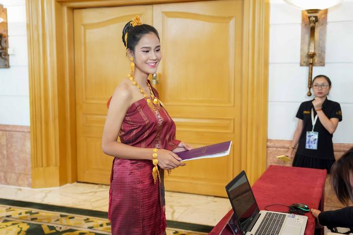 Người đẹp sỡ hữu nét mặt thanh tú, thu hút sự chú ý khi diện trang phục truyền thống của dân tộc mình.