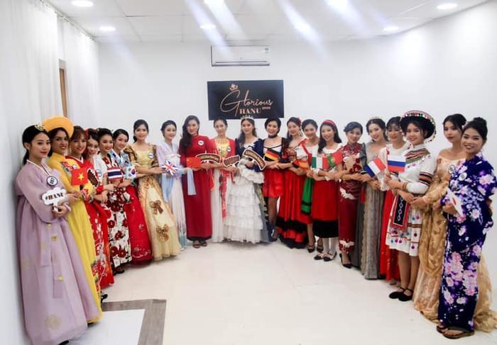 """Elízabeth (thứ 2 từ trái sang) góp mặt trong top 21 thí sinh xinh đẹp nhất của cuộc thi Hoa khôi ĐH Hà Nội 2019. Đây là ngôi trường """"đa sắc màu"""", với nhiều sinh viên đến từ nhiều quốc gia khác nhau trên thế giới cùng tụ hội và học tập."""