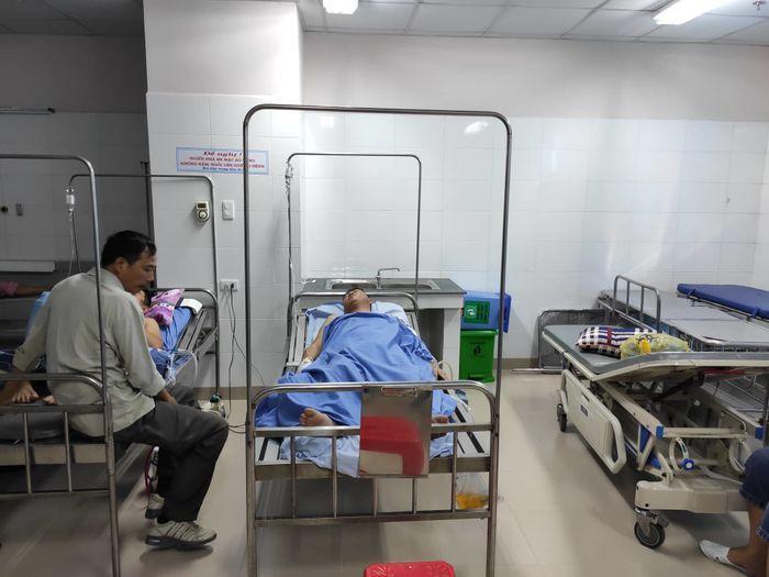 Hiện anh Vương đang được cấp cứu tại bệnh viện.
