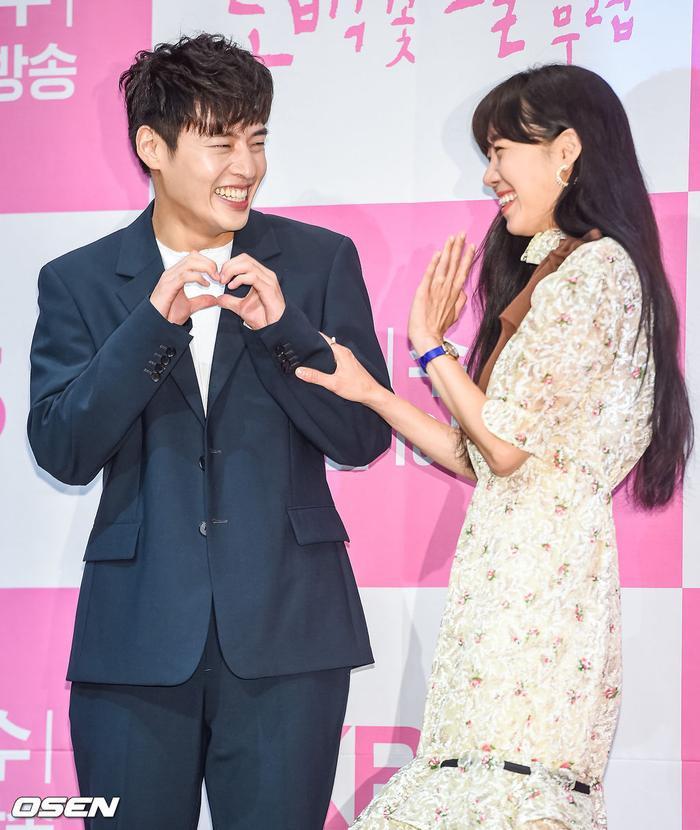 Họp báo Khi hoa trà nở: Gong Hyo Jin không nhịn được cười vì chàng ngố Kang Ha Neul  Kim Ji Suk ảnh 14