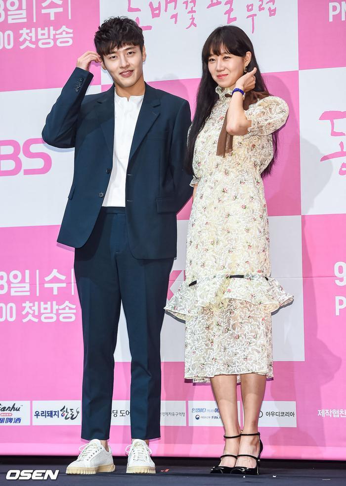 Họp báo Khi hoa trà nở: Gong Hyo Jin không nhịn được cười vì chàng ngố Kang Ha Neul  Kim Ji Suk ảnh 15