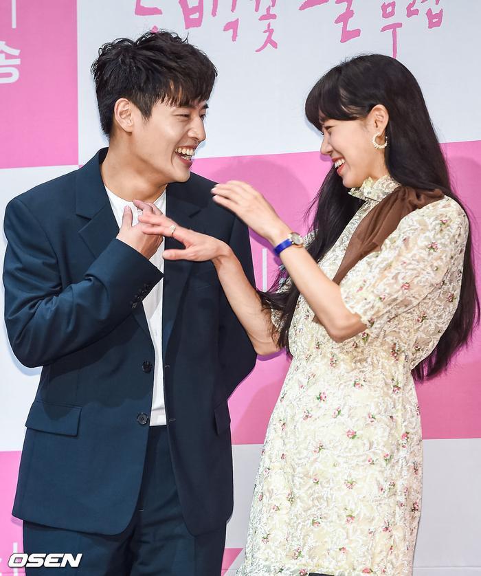 Họp báo Khi hoa trà nở: Gong Hyo Jin không nhịn được cười vì chàng ngố Kang Ha Neul  Kim Ji Suk ảnh 16