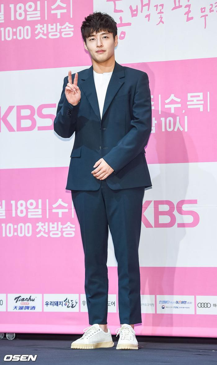 Họp báo Khi hoa trà nở: Gong Hyo Jin không nhịn được cười vì chàng ngố Kang Ha Neul  Kim Ji Suk ảnh 4