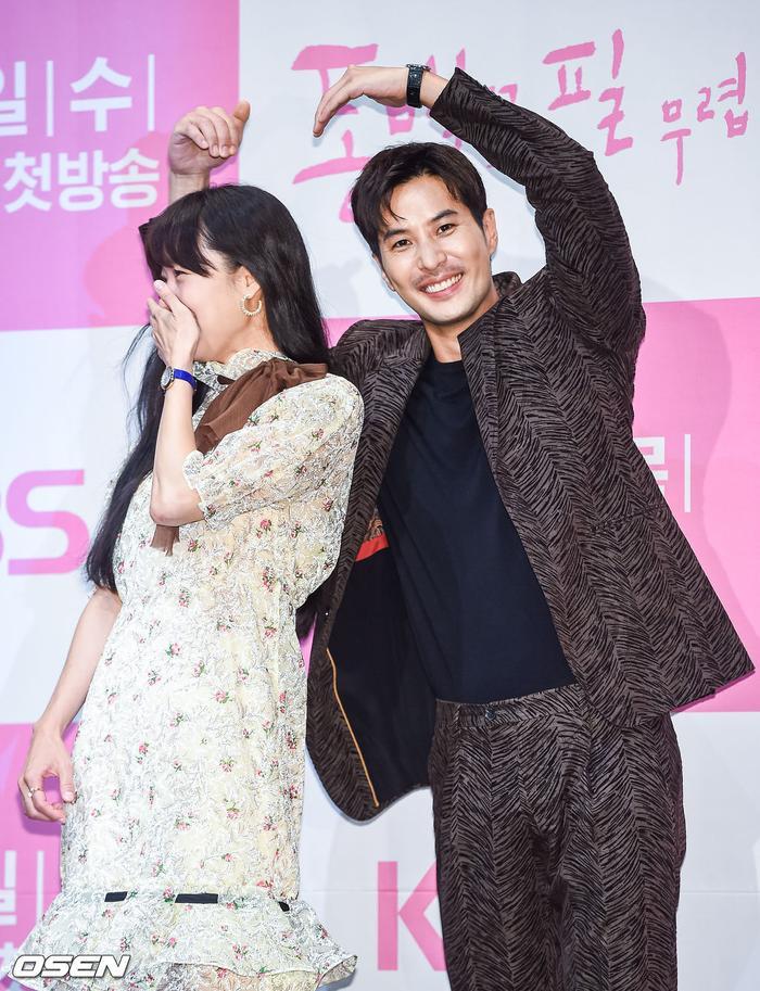 Họp báo Khi hoa trà nở: Gong Hyo Jin không nhịn được cười vì chàng ngố Kang Ha Neul  Kim Ji Suk ảnh 21