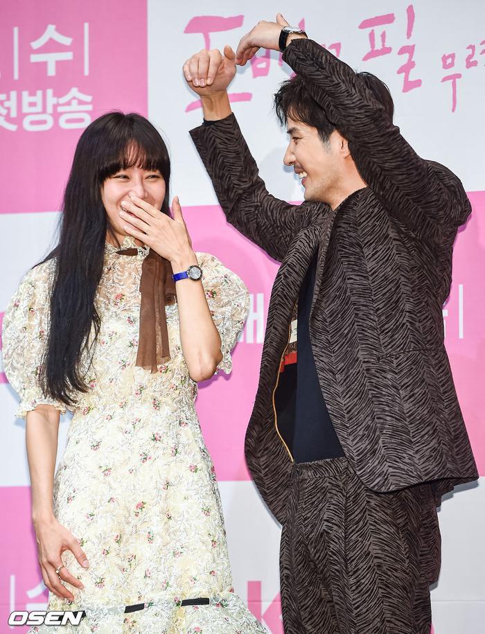 Họp báo Khi hoa trà nở: Gong Hyo Jin không nhịn được cười vì chàng ngố Kang Ha Neul  Kim Ji Suk ảnh 19