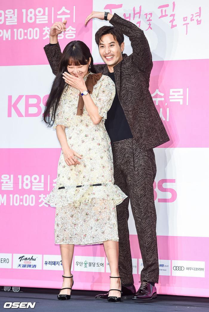 Họp báo Khi hoa trà nở: Gong Hyo Jin không nhịn được cười vì chàng ngố Kang Ha Neul  Kim Ji Suk ảnh 20