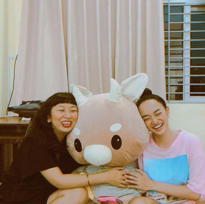 Theo Kaity, Trang Hý là một người rất ấm áp, luôn dành nhiều sự lo lắng và chăm sóc cho mình.