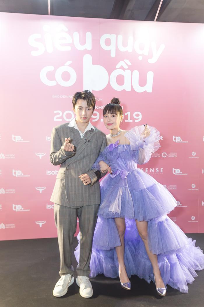 Han Sara cùng Tùng Maru tay trong tay tới tham dự sự kiện họp báo ra mắt phim Siêu quậy có bầu.