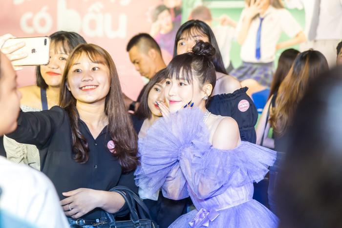 Han Sara xuất hiện nổi bật với chiếc đầm công chúa màu tím.