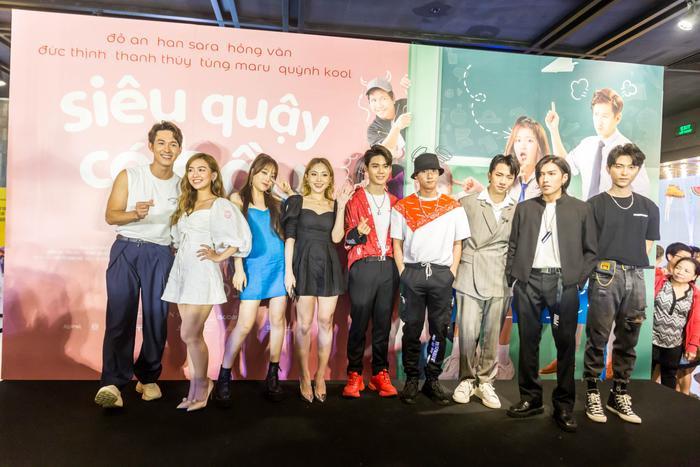 Các thành viên Uni5 chúc mừng Tùng Maru ra mắt phim mới.