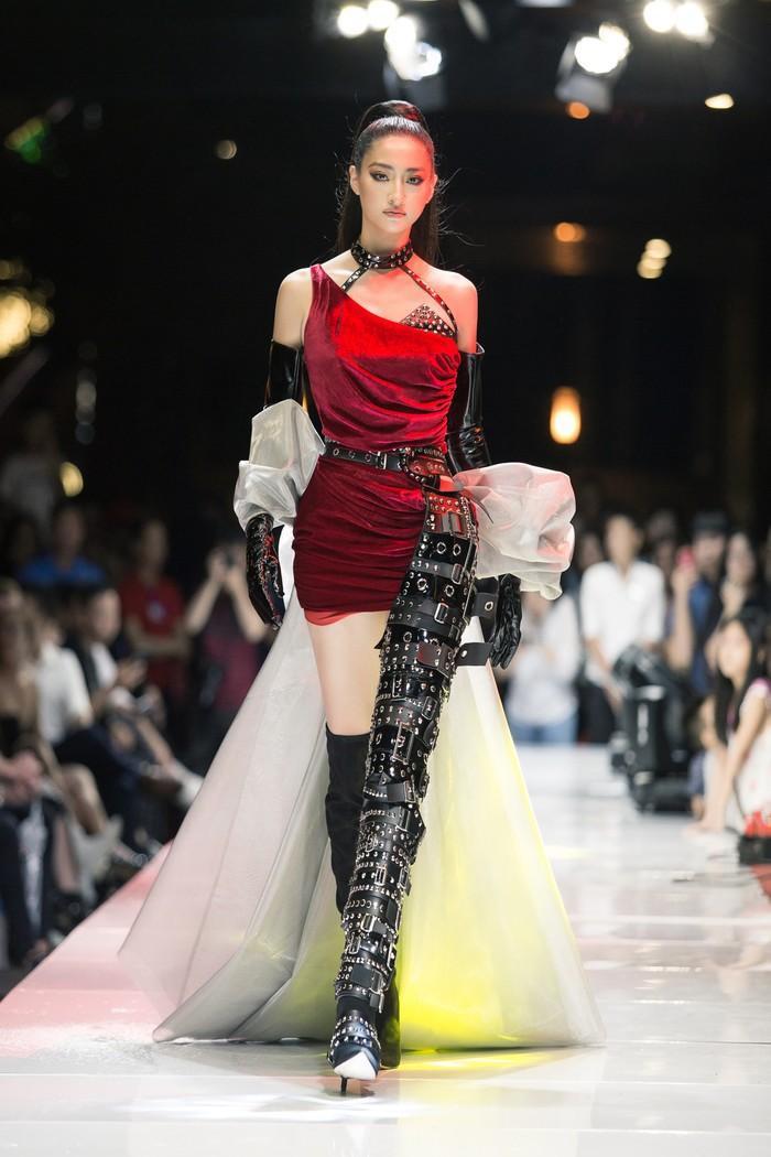 Lương Thùy Linh với đường kẻ mắt sắc lẹm và thần thái ngút ngàn trong một show diễn gần đây Hoa hậu Lương Thùy Linh xứng đáng với ngôi đệ nhất mỹ nhân mặt mộc Vbiz