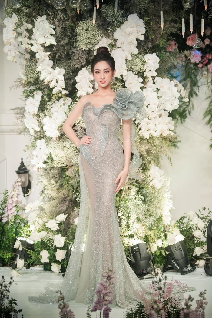 Hoa hậu Lương Thùy Linh nhanh chóng thu hút sự chú ý khi khoe được bờ vai thon thả, quyến rũ.