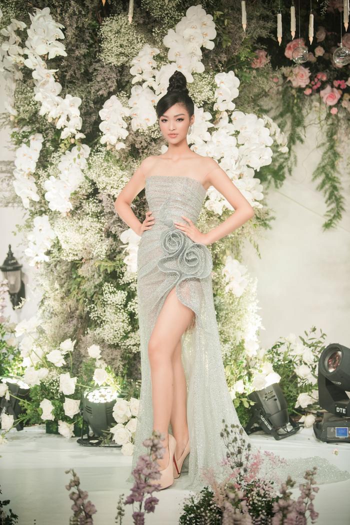 Á hậu Kiều Loan đẹp ngời ngời với mẫu đầm cúp ngực, xẻ cao tôn lên đôi chân dài nuột nà.