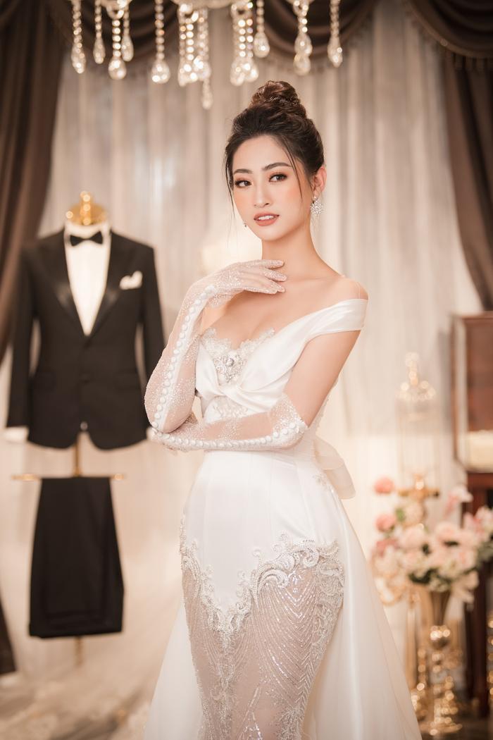 Sau đó, nàng hoa hậu tiếp tục thay một bộ váy khác, có phần chân xuyên thấu, cực kỳ gợi cảm.