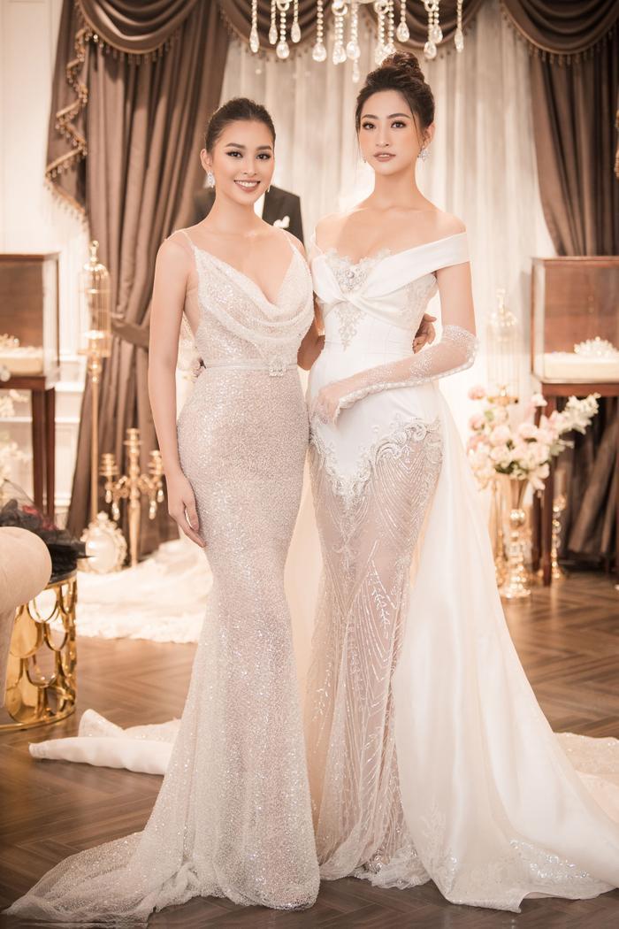 Cùng phom dáng váy đuôi cá ôm sát, hình thể tuyệt đẹp của hai nàng hậu có dịp được tôn lên rõ nét.