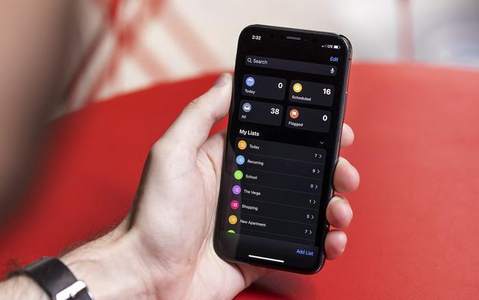 Chế độ tối (Dark Mode) là một trong những tính năng đáng chú ý trên iOS 13. (Ảnh: The Verge)