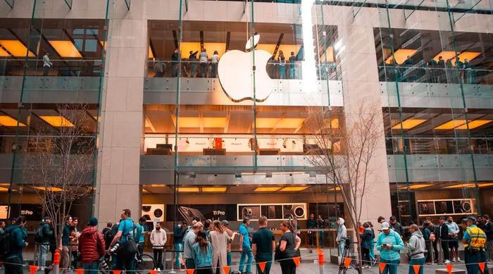 Do chênh lệch múi giờ, Sydney là thành phố đầu tiên trên thế giới bán ra iPhone. Đây là Apple Store tại đây vào 8 giờ sáng, giờ địa phương.
