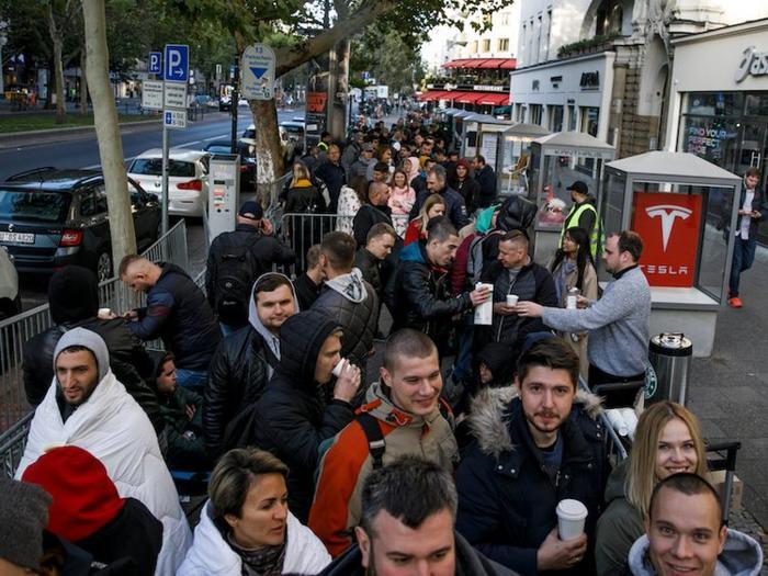 Người hâm mộ cũng xếp hàng tại Berlin, Đức từ rất sớm.
