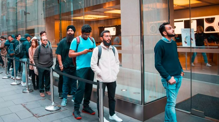 Vào tháng nay, ghi nhận tại Apple Store Sydney, có khoảng 100 người xếp hàng bên ngoài.