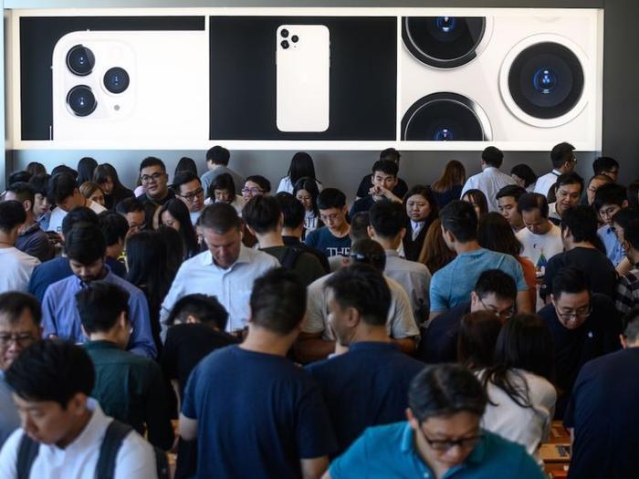 Khách hàng dùng thử iPhone mới tại Apple Store Hong Kong.