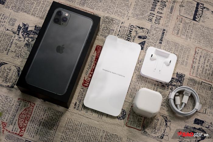 Năm nay, iPhone 11 Pro và iPhone 11 Pro Max có thêm phiên bản màu đen bóng đêm (Midnight Green) thu hút được khá nhiều sự chú ý của người hâm mộ. Hộp máy của chiếc điện thoại này cũng có màu đen. Trước đó, Apple thường dùng hộp màu chắc cho các sản phẩm của mình.