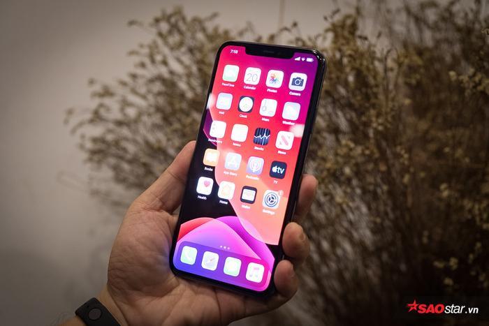 """Ở mặt trước, iPhone 11 Pro Max không có thay đổi gì so với thiết bị tiền nhiệm. Máy vẫn dùng thiết kế với viền màn hình siêu mỏng cùng """"tai thỏ"""" để chứa các linh kiện cần thiết cho máy và camera trước. iPhone 11 Pro Max có màn hình 6,5 inch. Trước đó, nhiều người kì vọng những chiếc điện thoại mới của Apple sẽ có phần """"tai thỏ"""" gọn gàng hơn."""