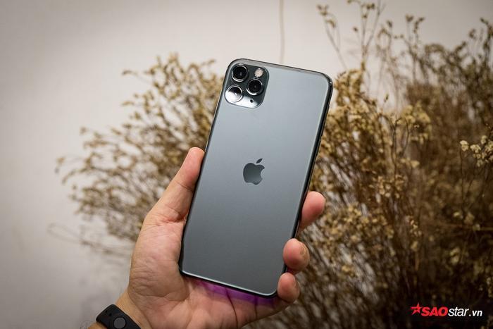 Mặt lưng của chiếc điện thoại này có hiệu ứng nhám thay vì hiệu ứng bóng như đời trước mặt dù vẫn sử dụng chất liệu kính. Ở một số góc nhìn và điều kiện ánh sáng, màu xanh bóng đêm này không thực sự ngả về màu xanh mà thay vào đó là màu đen/ xám. Trên iPhone mới, logo Apple được đặt về phía trung tâm mặt lưng. Dòng chữ iPhone quen thuộc cũng đã được lọai bỏ.