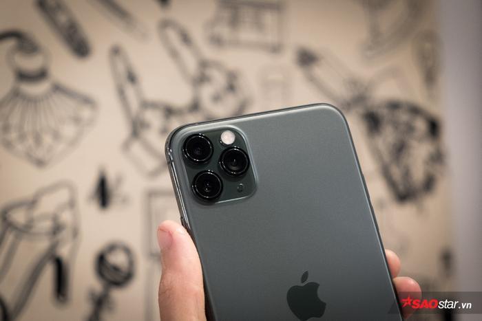 Điểm nhấn chính trên chiếc điện thoại mới của Apple nằm ở cụm ba camera sau. Mặc dù khá lồi và lớn, cụm camera này bao gồm một ống kính góc rộng, một ống kính góc siêu rộng và một ống kính zoom. Tất cả đều có thông số 12 MP.