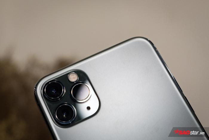 Apple có lý do khi bố trí cụm camera sau của mình một cách cồng kềnh đến như vậy. Theo Mashable, thay vì đặt ống kính gọn theo một hàng dọc như điện thoại Android, việc bố trí camera theo hình zig zag như thế này giúp người dùng không cần phải điều chỉnh máy nhiều trong quá trình chụp hình mà vẫn có được hình ảnh như mong muốn.