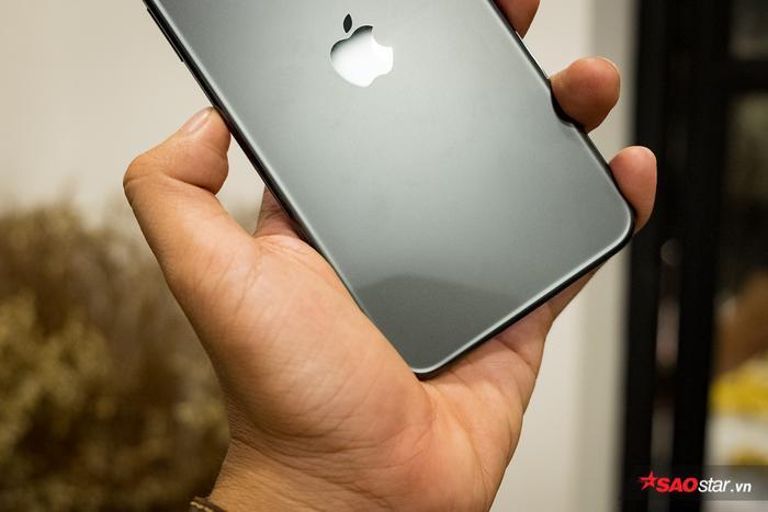 """Nhiều nguồn tin cho biết vị trí của trái táo khuyết trên mặt lưng iPhone chính là vị trí của tính năng sạc ngược không dây. Dù vậy, Apple hiện vẫn """"lặng im"""" về tính năng được đồn đoán này. Bloomberg nói tính năng nói trên tồn tại song đã được tắt bỏ bằng phần mềm do chưa đạt được tiêu chuẩn như yêu cầu của Apple."""