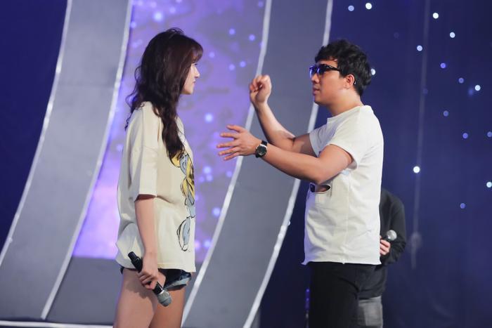 Trấn Thànhcó mặt từ sớm hỗ trợ bà xã Hari Won. Không chỉ góp mặt với vai trò khách mời, anh còn là người bên cạnh hỗ trợ Hari Won cũng như đưa ra những góp ý với ê-kíp để đêm nhạc diễn ra chỉn chu, trọn vẹn.