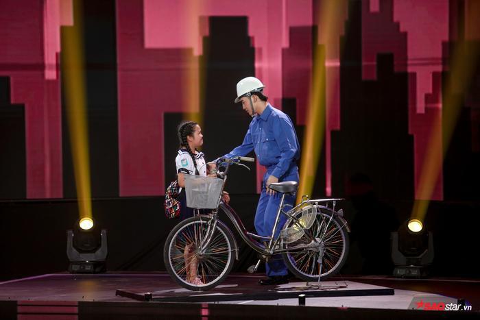Duyên dáng chê Ali Hoàng Dương béo bụng, Minh Châu lần đầu trình diễn ca khúc mới Sau lưng bố ảnh 2