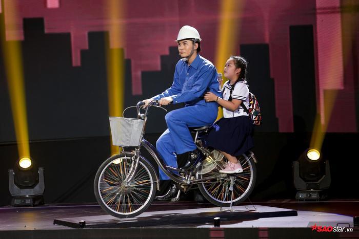 Duyên dáng chê Ali Hoàng Dương béo bụng, Minh Châu lần đầu trình diễn ca khúc mới Sau lưng bố ảnh 3