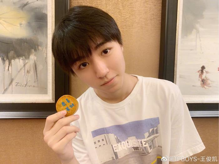 Vương Tuấn Khải xấu hổ cầu cứu người hâm mộ vì hiệu ứng sticker trong livestream của mình ảnh 3