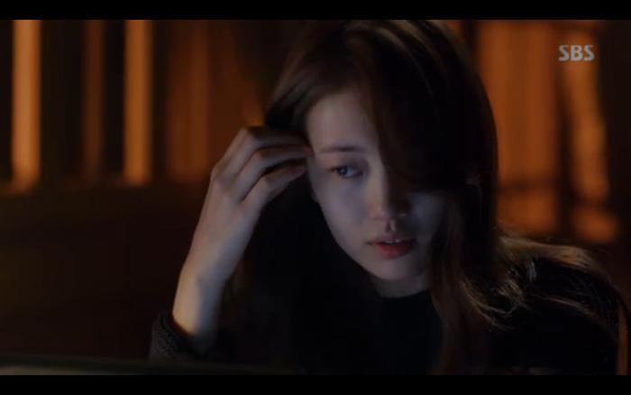 Hae Ri mủi lòng nhờ đến sự giúp đỡ của đồng nghiệp.